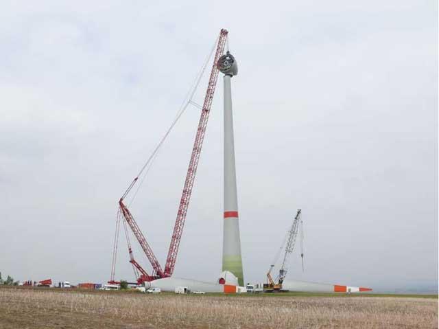 112风力发电机的吊装图片